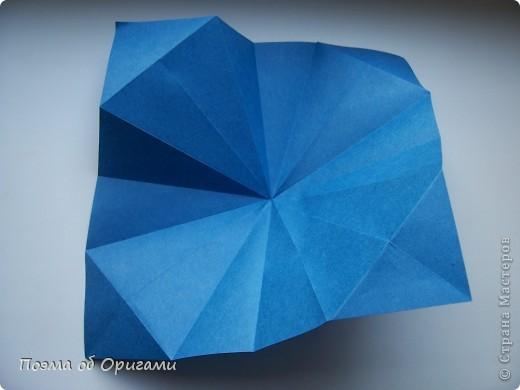 Эту оригами модель придумала сравнительно недавно Евгения Парфенова из России. Хотя саму игру, видимо, придумали давным-давно. Она стола известна под названием «бильбоке». Изначально использовался  деревянный или глиняный стакан, от дна которого, отходила веревочка – на ней держался шарик. Придется немного потренироваться в ловкости, что бы ни касаясь шарика руками забросить его в стакан. Ранее уже был опубликован МК на тему этой забавы под названием «Поймай желудь». Его можете найти здесь: http://stranamasterov.ru/node/117821 фото 7
