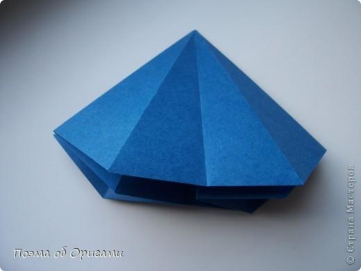 Эту оригами модель придумала сравнительно недавно Евгения Парфенова из России. Хотя саму игру, видимо, придумали давным-давно. Она стола известна под названием «бильбоке». Изначально использовался  деревянный или глиняный стакан, от дна которого, отходила веревочка – на ней держался шарик. Придется немного потренироваться в ловкости, что бы ни касаясь шарика руками забросить его в стакан. Ранее уже был опубликован МК на тему этой забавы под названием «Поймай желудь». Его можете найти здесь: http://stranamasterov.ru/node/117821 фото 9