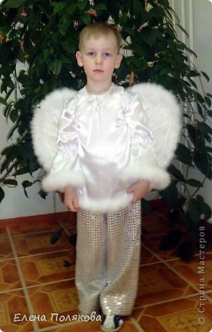 Решил мой сыночек быть на новогоднем празднике ангелом. Вот такой костюм я ему сшила. Простые брючки из ткани с пайетками и рубаха с расклешенными рукавами, украшенная боа из мелких нежных перьев. Крылья нам помогал делать дед - вырезали крылья из картона, в середине продели резиночки для рук и обклеили длинными белыми перьями с двух сторон, по краям пришили то же боа с нежным пухом.  Вот и ангелок готов! фото 2