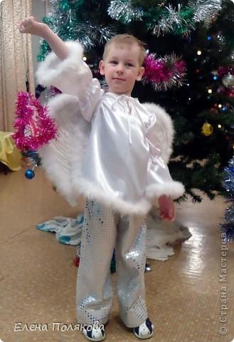 Решил мой сыночек быть на новогоднем празднике ангелом. Вот такой костюм я ему сшила. Простые брючки из ткани с пайетками и рубаха с расклешенными рукавами, украшенная боа из мелких нежных перьев. Крылья нам помогал делать дед - вырезали крылья из картона, в середине продели резиночки для рук и обклеили длинными белыми перьями с двух сторон, по краям пришили то же боа с нежным пухом.  Вот и ангелок готов! фото 1