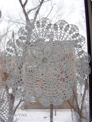 Можно украсить окно вязаными салфетками, закрепив их с помощью пищевой плёнки.Лучше брать маленькие салфетки- легче закрепить. Времени требуется совсем немного,буквально 10 минут.  фото 3