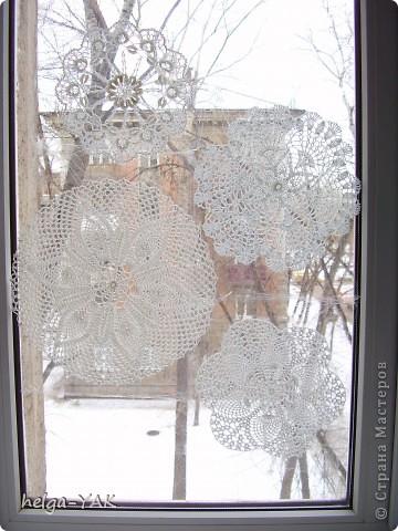 Можно украсить окно вязаными салфетками, закрепив их с помощью пищевой плёнки.Лучше брать маленькие салфетки- легче закрепить. Времени требуется совсем немного,буквально 10 минут.  фото 5
