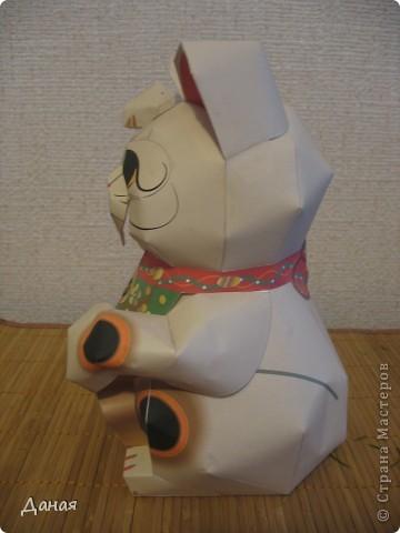 """Манеки Неко (Maneki Neco)- японский кот, призывающий удачу.  Про этого кота сущестует множество легенд. Одна из них гласит:  """"Был в старом Эдо (Токио) бедный храм Котоку, священник которого держал кота по имени Тама и все жаловался коту на трудную жизнь. И в шутку попрекал Таме, что он не приносит он дары в храм. Но однажды важный господин Наотака Ли попал в сильную грозу около храма и спрятался от дождя под деревом. Вдруг он увидел как из-за дверей храма кот машет ему лапкой. Господин Наотаку поспешил к храму и в ту же минуту молния спалила дерево, под которым он прятался, до тла. В благодарность за спасение Наотака сделал храм родовым храмом Ли, построил новое большое здание и дал ему новое название – Гоутокаджи (Gotoku-ji). После смерти Тама, кот был похоронен в храме со всем почетом, а в память о его поступке изготовили глиняного котика Манеки Неко. Его изображения красуются в Зале Божества Милосердия. У ворот Гоутокаджи всегда продается много глиняных Манеки Неко и каждый может обзавестись котом на счастье"""". Вот и мы сделали кота на счастье... фото 4"""