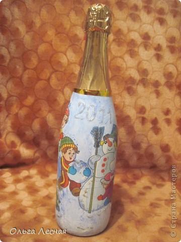 Декупаж уже делала, а вот на стекле, точнее на бутылках - первый раз. О результате - судить вам. фото 2