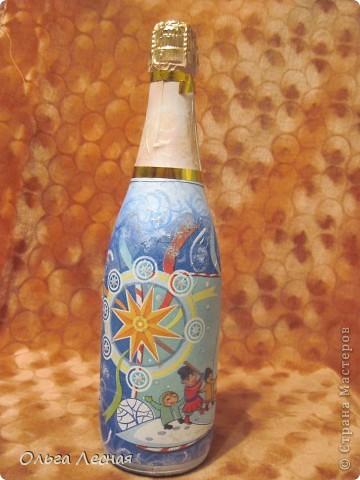 Декупаж уже делала, а вот на стекле, точнее на бутылках - первый раз. О результате - судить вам. фото 6