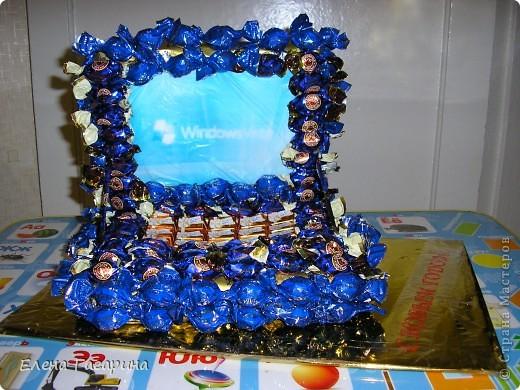 """На создание конфетных композиций меня вдохновила работа MarinaKlin коляска из конфет http://stranamasterov.ru/node/93963. Вот и решила сделать необычные подарки своим мальчишкам на новый год. Старшему (11 лет) сделала ноутбук. Предварительно склеила форму из двух кусочков пенопласта, обернула оберточной бумагой, и обклеила на термоклей конфетами двух видов: в виде кнопочек (оранжевыми) и конфетами """"фундук в шоколаде"""" (синими). Снизу сделала подставку: плотный картон, обклеен оберточной бумагой. фото 1"""