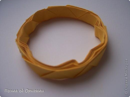 Задание в этой игре, казалось бы, простое — нужно накинуть кольцо на мишень — небольшую «стрелку» (в данном случае нос Буратино). Но выполнить его непросто. Дело в том, что во время метания одной рукой кольца другая держит рукоятку, управляющую положением мишени. Чуть шевельнул рукой — и мишень отклонилась в сторону, кольцо пролетит мимо. Эта игра очень развивает ловкость и глазомер. Одной из задач состязания можно быть: кто большее число раз набросит кольцо за три минуты; другой – кто набросит кольцо быстрее. У меня в детстве был похожий Буратино, только из фанеры. Возможно потому, материал, опубликованный ранее (см. здесь: http://stranamasterov.ru/node/126074), послужил вдохновлением на создание аналогичной забавы, но уже используя приемы оригами. фото 50