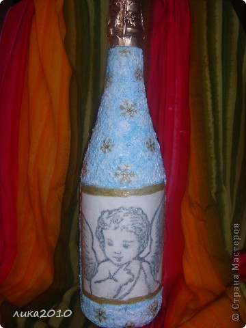 Шубка на бутылке из белого слоя салфеток прокрашена голубым, а потом слегка белым и растерт серебряный глиттер. фото 1