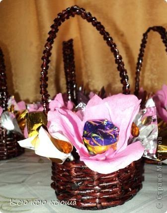 Корзиночки с цветами из конфет. Корзиночки выполнены из газетных трубочек. фото 1