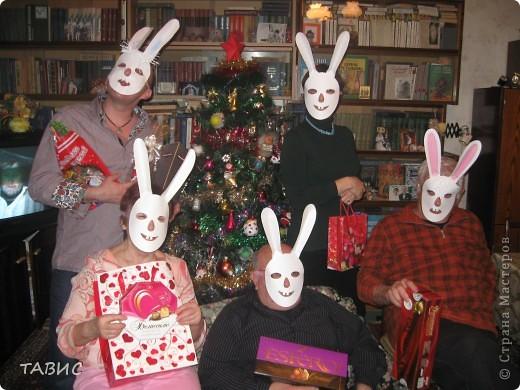 Подглядела на сайте забавную маску зайчика. Сделала несколько масок для гостей. Представляю зайчиков с подарками под новогодней елочкой!