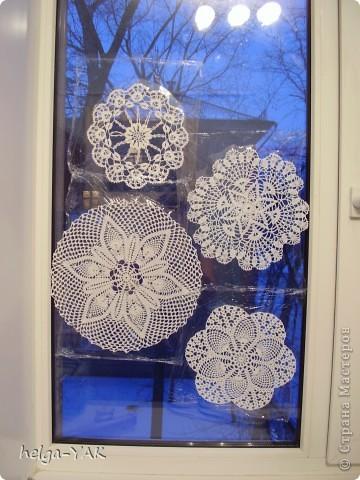 Можно украсить окно вязаными салфетками, закрепив их с помощью пищевой плёнки.Лучше брать маленькие салфетки- легче закрепить. Времени требуется совсем немного,буквально 10 минут.  фото 1