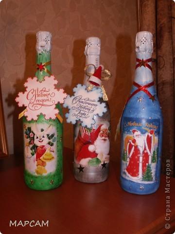 Всех-всех жителей и гостей Старны хочу поздравить с наступившим  2011 годом. Желаю всем благополучия, счастья, процветания, творческих успехов и фантазий.  Решила на Новый год подготовить своим друзьям вот такие подарочки. Вот такие три бутылочки получились... Итак, лицевая сторона... фото 1