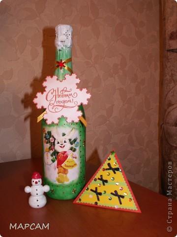 Всех-всех жителей и гостей Старны хочу поздравить с наступившим  2011 годом. Желаю всем благополучия, счастья, процветания, творческих успехов и фантазий.  Решила на Новый год подготовить своим друзьям вот такие подарочки. Вот такие три бутылочки получились... Итак, лицевая сторона... фото 3