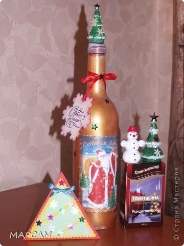 Всех-всех жителей и гостей Старны хочу поздравить с наступившим  2011 годом. Желаю всем благополучия, счастья, процветания, творческих успехов и фантазий.  Решила на Новый год подготовить своим друзьям вот такие подарочки. Вот такие три бутылочки получились... Итак, лицевая сторона... фото 5