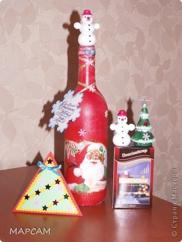 Всех-всех жителей и гостей Старны хочу поздравить с наступившим  2011 годом. Желаю всем благополучия, счастья, процветания, творческих успехов и фантазий.  Решила на Новый год подготовить своим друзьям вот такие подарочки. Вот такие три бутылочки получились... Итак, лицевая сторона... фото 6