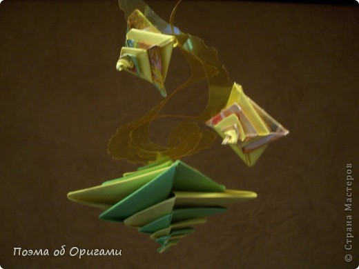 Эта конструкция вполне сгодится в качестве мобиля: попробуйте закрепить ее, например, под люстрой (где свободно проходят потоки воздуха). Попробуйте различные композиции, благодаря экспериментам с цветами и размерами отдельных спиралек. Сама природа широко использует спиральные конструкции: от незатейливых раковин улиток, усиков растущего гороха до моделей галактик и молекул ДНК. Видимо поэтому, эта простая в складывании модель, напоминающая ракушку, так популярна среди мастеров. Как ее складывать можете вспомнить в этом ранее опубликованном МК: http://stranamasterov.ru/node/26936 фото 1