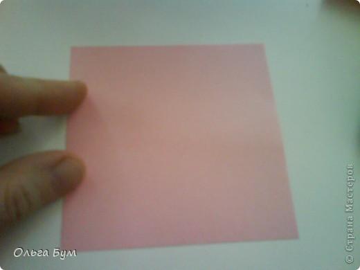 Это розочка-оригами, которая ещё и кубик-трансформер. Она превращается из розы в куб и обратно. Именно это мне в ней и нравится - сюрприз-фокус. Делать её на самом деле нетрудно, как это может показаться! По три модуля разного цвета складываются на ура. Немного хлопотно собирать, запихивая уголки в пазики. Только трудновато расправлять лепестки. У меня бумага для заметок - она менее плотная, лучше вырезать квадратики из офисной- они эластичнее и плотнее. Надо по три квадрата каждого двух цветов. У меня размер 9х9 см. фото 2