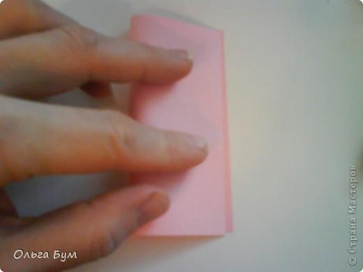 Это розочка-оригами, которая ещё и кубик-трансформер. Она превращается из розы в куб и обратно. Именно это мне в ней и нравится - сюрприз-фокус. Делать её на самом деле нетрудно, как это может показаться! По три модуля разного цвета складываются на ура. Немного хлопотно собирать, запихивая уголки в пазики. Только трудновато расправлять лепестки. У меня бумага для заметок - она менее плотная, лучше вырезать квадратики из офисной- они эластичнее и плотнее. Надо по три квадрата каждого двух цветов. У меня размер 9х9 см. фото 3