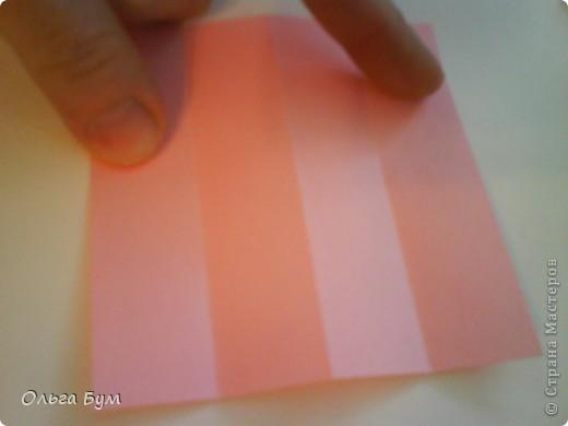 Это розочка-оригами, которая ещё и кубик-трансформер. Она превращается из розы в куб и обратно. Именно это мне в ней и нравится - сюрприз-фокус. Делать её на самом деле нетрудно, как это может показаться! По три модуля разного цвета складываются на ура. Немного хлопотно собирать, запихивая уголки в пазики. Только трудновато расправлять лепестки. У меня бумага для заметок - она менее плотная, лучше вырезать квадратики из офисной- они эластичнее и плотнее. Надо по три квадрата каждого двух цветов. У меня размер 9х9 см. фото 5