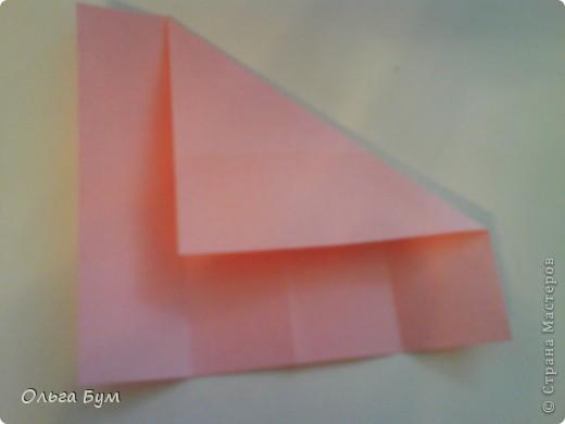 Это розочка-оригами, которая ещё и кубик-трансформер. Она превращается из розы в куб и обратно. Именно это мне в ней и нравится - сюрприз-фокус. Делать её на самом деле нетрудно, как это может показаться! По три модуля разного цвета складываются на ура. Немного хлопотно собирать, запихивая уголки в пазики. Только трудновато расправлять лепестки. У меня бумага для заметок - она менее плотная, лучше вырезать квадратики из офисной- они эластичнее и плотнее. Надо по три квадрата каждого двух цветов. У меня размер 9х9 см. фото 7