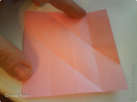 Это розочка-оригами, которая ещё и кубик-трансформер. Она превращается из розы в куб и обратно. Именно это мне в ней и нравится - сюрприз-фокус. Делать её на самом деле нетрудно, как это может показаться! По три модуля разного цвета складываются на ура. Немного хлопотно собирать, запихивая уголки в пазики. Только трудновато расправлять лепестки. У меня бумага для заметок - она менее плотная, лучше вырезать квадратики из офисной- они эластичнее и плотнее. Надо по три квадрата каждого двух цветов. У меня размер 9х9 см. фото 9