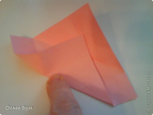 Это розочка-оригами, которая ещё и кубик-трансформер. Она превращается из розы в куб и обратно. Именно это мне в ней и нравится - сюрприз-фокус. Делать её на самом деле нетрудно, как это может показаться! По три модуля разного цвета складываются на ура. Немного хлопотно собирать, запихивая уголки в пазики. Только трудновато расправлять лепестки. У меня бумага для заметок - она менее плотная, лучше вырезать квадратики из офисной- они эластичнее и плотнее. Надо по три квадрата каждого двух цветов. У меня размер 9х9 см. фото 10