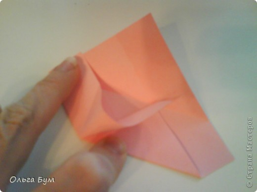 Это розочка-оригами, которая ещё и кубик-трансформер. Она превращается из розы в куб и обратно. Именно это мне в ней и нравится - сюрприз-фокус. Делать её на самом деле нетрудно, как это может показаться! По три модуля разного цвета складываются на ура. Немного хлопотно собирать, запихивая уголки в пазики. Только трудновато расправлять лепестки. У меня бумага для заметок - она менее плотная, лучше вырезать квадратики из офисной- они эластичнее и плотнее. Надо по три квадрата каждого двух цветов. У меня размер 9х9 см. фото 11