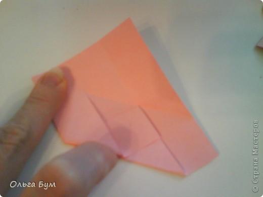 Это розочка-оригами, которая ещё и кубик-трансформер. Она превращается из розы в куб и обратно. Именно это мне в ней и нравится - сюрприз-фокус. Делать её на самом деле нетрудно, как это может показаться! По три модуля разного цвета складываются на ура. Немного хлопотно собирать, запихивая уголки в пазики. Только трудновато расправлять лепестки. У меня бумага для заметок - она менее плотная, лучше вырезать квадратики из офисной- они эластичнее и плотнее. Надо по три квадрата каждого двух цветов. У меня размер 9х9 см. фото 12