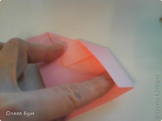 Это розочка-оригами, которая ещё и кубик-трансформер. Она превращается из розы в куб и обратно. Именно это мне в ней и нравится - сюрприз-фокус. Делать её на самом деле нетрудно, как это может показаться! По три модуля разного цвета складываются на ура. Немного хлопотно собирать, запихивая уголки в пазики. Только трудновато расправлять лепестки. У меня бумага для заметок - она менее плотная, лучше вырезать квадратики из офисной- они эластичнее и плотнее. Надо по три квадрата каждого двух цветов. У меня размер 9х9 см. фото 13