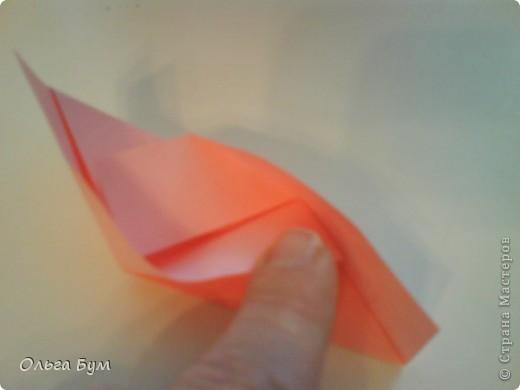 Это розочка-оригами, которая ещё и кубик-трансформер. Она превращается из розы в куб и обратно. Именно это мне в ней и нравится - сюрприз-фокус. Делать её на самом деле нетрудно, как это может показаться! По три модуля разного цвета складываются на ура. Немного хлопотно собирать, запихивая уголки в пазики. Только трудновато расправлять лепестки. У меня бумага для заметок - она менее плотная, лучше вырезать квадратики из офисной- они эластичнее и плотнее. Надо по три квадрата каждого двух цветов. У меня размер 9х9 см. фото 15