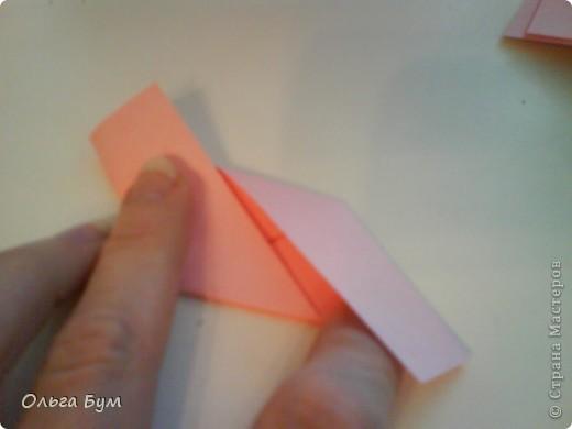 Это розочка-оригами, которая ещё и кубик-трансформер. Она превращается из розы в куб и обратно. Именно это мне в ней и нравится - сюрприз-фокус. Делать её на самом деле нетрудно, как это может показаться! По три модуля разного цвета складываются на ура. Немного хлопотно собирать, запихивая уголки в пазики. Только трудновато расправлять лепестки. У меня бумага для заметок - она менее плотная, лучше вырезать квадратики из офисной- они эластичнее и плотнее. Надо по три квадрата каждого двух цветов. У меня размер 9х9 см. фото 17