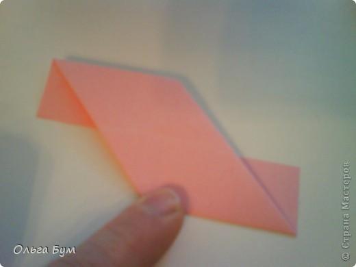 Это розочка-оригами, которая ещё и кубик-трансформер. Она превращается из розы в куб и обратно. Именно это мне в ней и нравится - сюрприз-фокус. Делать её на самом деле нетрудно, как это может показаться! По три модуля разного цвета складываются на ура. Немного хлопотно собирать, запихивая уголки в пазики. Только трудновато расправлять лепестки. У меня бумага для заметок - она менее плотная, лучше вырезать квадратики из офисной- они эластичнее и плотнее. Надо по три квадрата каждого двух цветов. У меня размер 9х9 см. фото 18
