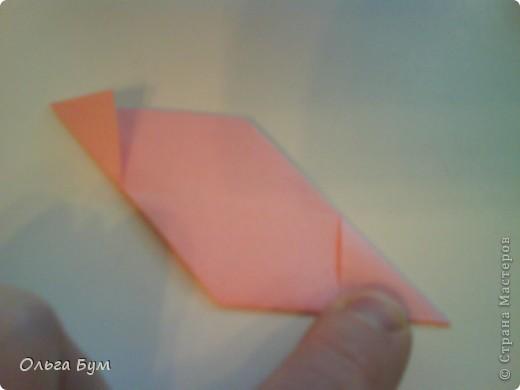 Это розочка-оригами, которая ещё и кубик-трансформер. Она превращается из розы в куб и обратно. Именно это мне в ней и нравится - сюрприз-фокус. Делать её на самом деле нетрудно, как это может показаться! По три модуля разного цвета складываются на ура. Немного хлопотно собирать, запихивая уголки в пазики. Только трудновато расправлять лепестки. У меня бумага для заметок - она менее плотная, лучше вырезать квадратики из офисной- они эластичнее и плотнее. Надо по три квадрата каждого двух цветов. У меня размер 9х9 см. фото 19