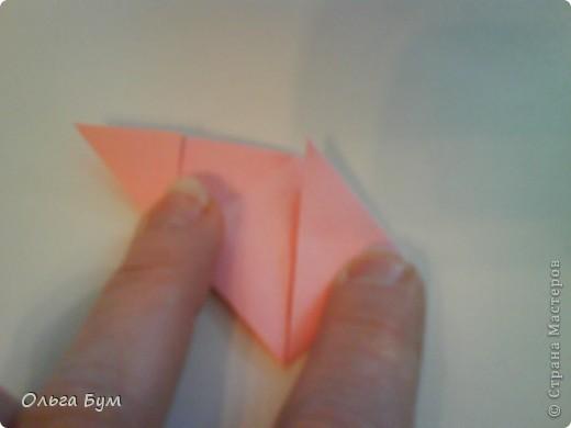 Это розочка-оригами, которая ещё и кубик-трансформер. Она превращается из розы в куб и обратно. Именно это мне в ней и нравится - сюрприз-фокус. Делать её на самом деле нетрудно, как это может показаться! По три модуля разного цвета складываются на ура. Немного хлопотно собирать, запихивая уголки в пазики. Только трудновато расправлять лепестки. У меня бумага для заметок - она менее плотная, лучше вырезать квадратики из офисной- они эластичнее и плотнее. Надо по три квадрата каждого двух цветов. У меня размер 9х9 см. фото 20