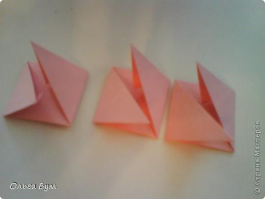 Это розочка-оригами, которая ещё и кубик-трансформер. Она превращается из розы в куб и обратно. Именно это мне в ней и нравится - сюрприз-фокус. Делать её на самом деле нетрудно, как это может показаться! По три модуля разного цвета складываются на ура. Немного хлопотно собирать, запихивая уголки в пазики. Только трудновато расправлять лепестки. У меня бумага для заметок - она менее плотная, лучше вырезать квадратики из офисной- они эластичнее и плотнее. Надо по три квадрата каждого двух цветов. У меня размер 9х9 см. фото 21