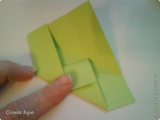 Это розочка-оригами, которая ещё и кубик-трансформер. Она превращается из розы в куб и обратно. Именно это мне в ней и нравится - сюрприз-фокус. Делать её на самом деле нетрудно, как это может показаться! По три модуля разного цвета складываются на ура. Немного хлопотно собирать, запихивая уголки в пазики. Только трудновато расправлять лепестки. У меня бумага для заметок - она менее плотная, лучше вырезать квадратики из офисной- они эластичнее и плотнее. Надо по три квадрата каждого двух цветов. У меня размер 9х9 см. фото 22