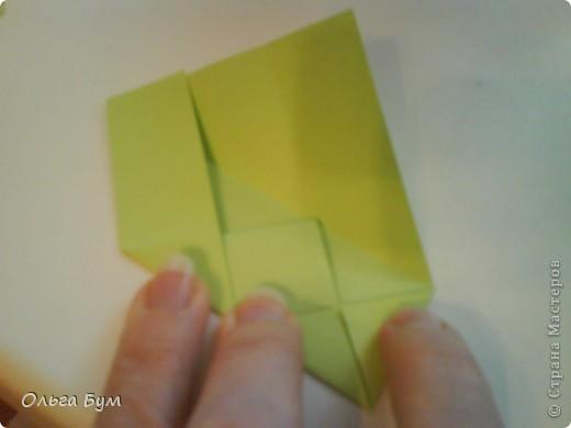 Это розочка-оригами, которая ещё и кубик-трансформер. Она превращается из розы в куб и обратно. Именно это мне в ней и нравится - сюрприз-фокус. Делать её на самом деле нетрудно, как это может показаться! По три модуля разного цвета складываются на ура. Немного хлопотно собирать, запихивая уголки в пазики. Только трудновато расправлять лепестки. У меня бумага для заметок - она менее плотная, лучше вырезать квадратики из офисной- они эластичнее и плотнее. Надо по три квадрата каждого двух цветов. У меня размер 9х9 см. фото 23