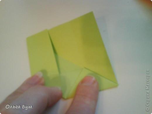 Это розочка-оригами, которая ещё и кубик-трансформер. Она превращается из розы в куб и обратно. Именно это мне в ней и нравится - сюрприз-фокус. Делать её на самом деле нетрудно, как это может показаться! По три модуля разного цвета складываются на ура. Немного хлопотно собирать, запихивая уголки в пазики. Только трудновато расправлять лепестки. У меня бумага для заметок - она менее плотная, лучше вырезать квадратики из офисной- они эластичнее и плотнее. Надо по три квадрата каждого двух цветов. У меня размер 9х9 см. фото 24