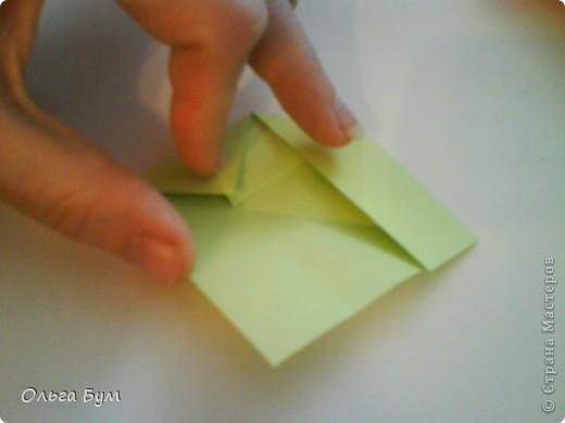 Это розочка-оригами, которая ещё и кубик-трансформер. Она превращается из розы в куб и обратно. Именно это мне в ней и нравится - сюрприз-фокус. Делать её на самом деле нетрудно, как это может показаться! По три модуля разного цвета складываются на ура. Немного хлопотно собирать, запихивая уголки в пазики. Только трудновато расправлять лепестки. У меня бумага для заметок - она менее плотная, лучше вырезать квадратики из офисной- они эластичнее и плотнее. Надо по три квадрата каждого двух цветов. У меня размер 9х9 см. фото 25