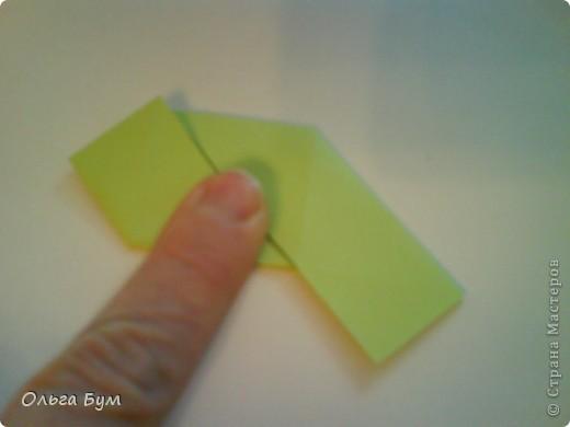 Это розочка-оригами, которая ещё и кубик-трансформер. Она превращается из розы в куб и обратно. Именно это мне в ней и нравится - сюрприз-фокус. Делать её на самом деле нетрудно, как это может показаться! По три модуля разного цвета складываются на ура. Немного хлопотно собирать, запихивая уголки в пазики. Только трудновато расправлять лепестки. У меня бумага для заметок - она менее плотная, лучше вырезать квадратики из офисной- они эластичнее и плотнее. Надо по три квадрата каждого двух цветов. У меня размер 9х9 см. фото 28