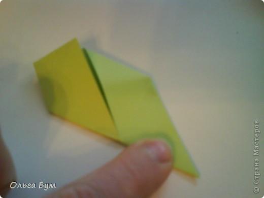Это розочка-оригами, которая ещё и кубик-трансформер. Она превращается из розы в куб и обратно. Именно это мне в ней и нравится - сюрприз-фокус. Делать её на самом деле нетрудно, как это может показаться! По три модуля разного цвета складываются на ура. Немного хлопотно собирать, запихивая уголки в пазики. Только трудновато расправлять лепестки. У меня бумага для заметок - она менее плотная, лучше вырезать квадратики из офисной- они эластичнее и плотнее. Надо по три квадрата каждого двух цветов. У меня размер 9х9 см. фото 29
