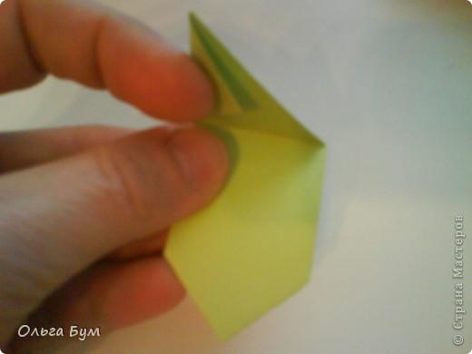 Это розочка-оригами, которая ещё и кубик-трансформер. Она превращается из розы в куб и обратно. Именно это мне в ней и нравится - сюрприз-фокус. Делать её на самом деле нетрудно, как это может показаться! По три модуля разного цвета складываются на ура. Немного хлопотно собирать, запихивая уголки в пазики. Только трудновато расправлять лепестки. У меня бумага для заметок - она менее плотная, лучше вырезать квадратики из офисной- они эластичнее и плотнее. Надо по три квадрата каждого двух цветов. У меня размер 9х9 см. фото 30