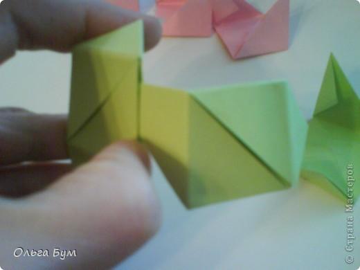 Это розочка-оригами, которая ещё и кубик-трансформер. Она превращается из розы в куб и обратно. Именно это мне в ней и нравится - сюрприз-фокус. Делать её на самом деле нетрудно, как это может показаться! По три модуля разного цвета складываются на ура. Немного хлопотно собирать, запихивая уголки в пазики. Только трудновато расправлять лепестки. У меня бумага для заметок - она менее плотная, лучше вырезать квадратики из офисной- они эластичнее и плотнее. Надо по три квадрата каждого двух цветов. У меня размер 9х9 см. фото 32