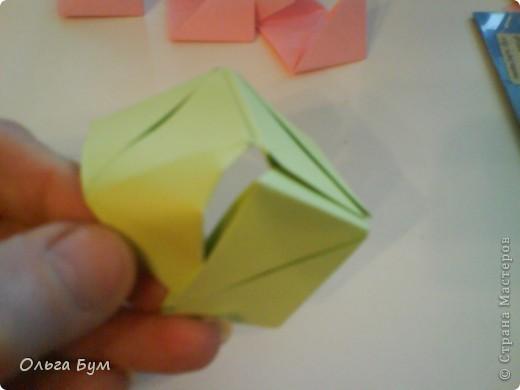 Это розочка-оригами, которая ещё и кубик-трансформер. Она превращается из розы в куб и обратно. Именно это мне в ней и нравится - сюрприз-фокус. Делать её на самом деле нетрудно, как это может показаться! По три модуля разного цвета складываются на ура. Немного хлопотно собирать, запихивая уголки в пазики. Только трудновато расправлять лепестки. У меня бумага для заметок - она менее плотная, лучше вырезать квадратики из офисной- они эластичнее и плотнее. Надо по три квадрата каждого двух цветов. У меня размер 9х9 см. фото 34
