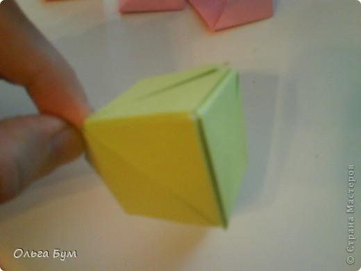 Это розочка-оригами, которая ещё и кубик-трансформер. Она превращается из розы в куб и обратно. Именно это мне в ней и нравится - сюрприз-фокус. Делать её на самом деле нетрудно, как это может показаться! По три модуля разного цвета складываются на ура. Немного хлопотно собирать, запихивая уголки в пазики. Только трудновато расправлять лепестки. У меня бумага для заметок - она менее плотная, лучше вырезать квадратики из офисной- они эластичнее и плотнее. Надо по три квадрата каждого двух цветов. У меня размер 9х9 см. фото 35