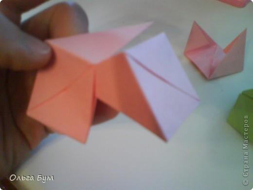 Это розочка-оригами, которая ещё и кубик-трансформер. Она превращается из розы в куб и обратно. Именно это мне в ней и нравится - сюрприз-фокус. Делать её на самом деле нетрудно, как это может показаться! По три модуля разного цвета складываются на ура. Немного хлопотно собирать, запихивая уголки в пазики. Только трудновато расправлять лепестки. У меня бумага для заметок - она менее плотная, лучше вырезать квадратики из офисной- они эластичнее и плотнее. Надо по три квадрата каждого двух цветов. У меня размер 9х9 см. фото 36