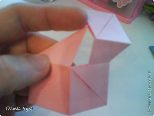 Это розочка-оригами, которая ещё и кубик-трансформер. Она превращается из розы в куб и обратно. Именно это мне в ней и нравится - сюрприз-фокус. Делать её на самом деле нетрудно, как это может показаться! По три модуля разного цвета складываются на ура. Немного хлопотно собирать, запихивая уголки в пазики. Только трудновато расправлять лепестки. У меня бумага для заметок - она менее плотная, лучше вырезать квадратики из офисной- они эластичнее и плотнее. Надо по три квадрата каждого двух цветов. У меня размер 9х9 см. фото 37