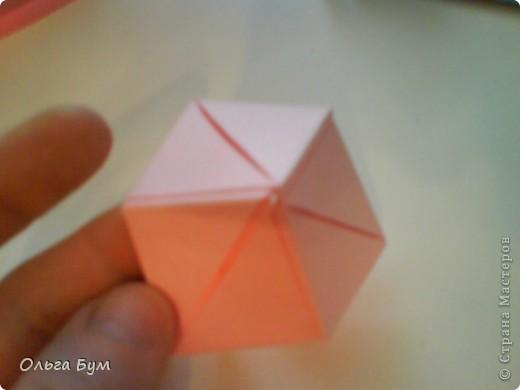 Это розочка-оригами, которая ещё и кубик-трансформер. Она превращается из розы в куб и обратно. Именно это мне в ней и нравится - сюрприз-фокус. Делать её на самом деле нетрудно, как это может показаться! По три модуля разного цвета складываются на ура. Немного хлопотно собирать, запихивая уголки в пазики. Только трудновато расправлять лепестки. У меня бумага для заметок - она менее плотная, лучше вырезать квадратики из офисной- они эластичнее и плотнее. Надо по три квадрата каждого двух цветов. У меня размер 9х9 см. фото 38
