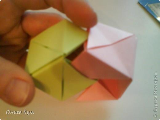Это розочка-оригами, которая ещё и кубик-трансформер. Она превращается из розы в куб и обратно. Именно это мне в ней и нравится - сюрприз-фокус. Делать её на самом деле нетрудно, как это может показаться! По три модуля разного цвета складываются на ура. Немного хлопотно собирать, запихивая уголки в пазики. Только трудновато расправлять лепестки. У меня бумага для заметок - она менее плотная, лучше вырезать квадратики из офисной- они эластичнее и плотнее. Надо по три квадрата каждого двух цветов. У меня размер 9х9 см. фото 39