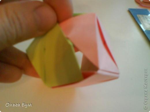 Это розочка-оригами, которая ещё и кубик-трансформер. Она превращается из розы в куб и обратно. Именно это мне в ней и нравится - сюрприз-фокус. Делать её на самом деле нетрудно, как это может показаться! По три модуля разного цвета складываются на ура. Немного хлопотно собирать, запихивая уголки в пазики. Только трудновато расправлять лепестки. У меня бумага для заметок - она менее плотная, лучше вырезать квадратики из офисной- они эластичнее и плотнее. Надо по три квадрата каждого двух цветов. У меня размер 9х9 см. фото 40